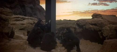 Immagine 3.8 monolito toccato da scimmie.jpg